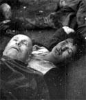 Los cadáveres del dictador italiano Benito Mussolini y de su amante Clara Petacci